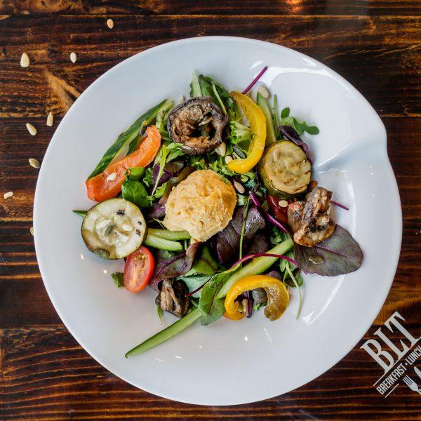 Salade hummus en gegrilde groente